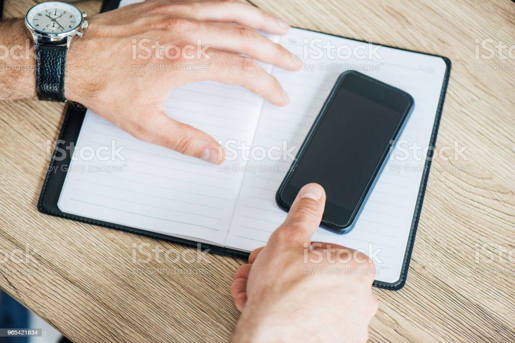 Schuss von männlichen Händen mit Smartphone mit leeren Bildschirm abgeschnitten - Lizenzfrei Armbanduhr Stock-Foto
