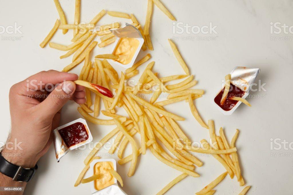 patates kızartması beyaz yüzey alarak adam resmini kırpılmış - Royalty-free Acıkmış Stok görsel