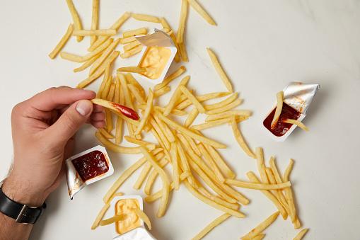 Patates Kızartması Beyaz Yüzey Alarak Adam Resmini Kırpılmış Stok Fotoğraflar & Acıkmış'nin Daha Fazla Resimleri