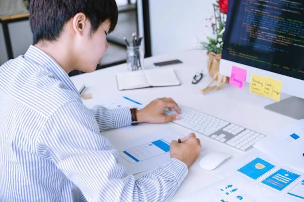 abgeschnittene aufnahme von mobilen anwendungsdesigner entwerfen mobile randmodell-bildschirme layout für die codierung oder programmierung mobile reine - prototype stock-fotos und bilder