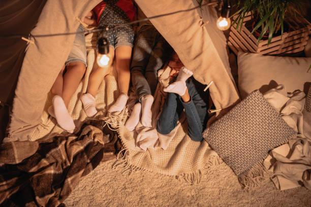 aufnahme der kinder in handarbeit zelt zusammen zu hause liegen beschnitten - tipi zelt stock-fotos und bilder
