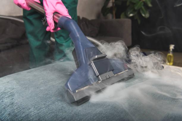 bijgesneden schot van persoon schoonmaken sofa met stofzuiger, hete stoom reinigen concept - stoom stockfoto's en -beelden