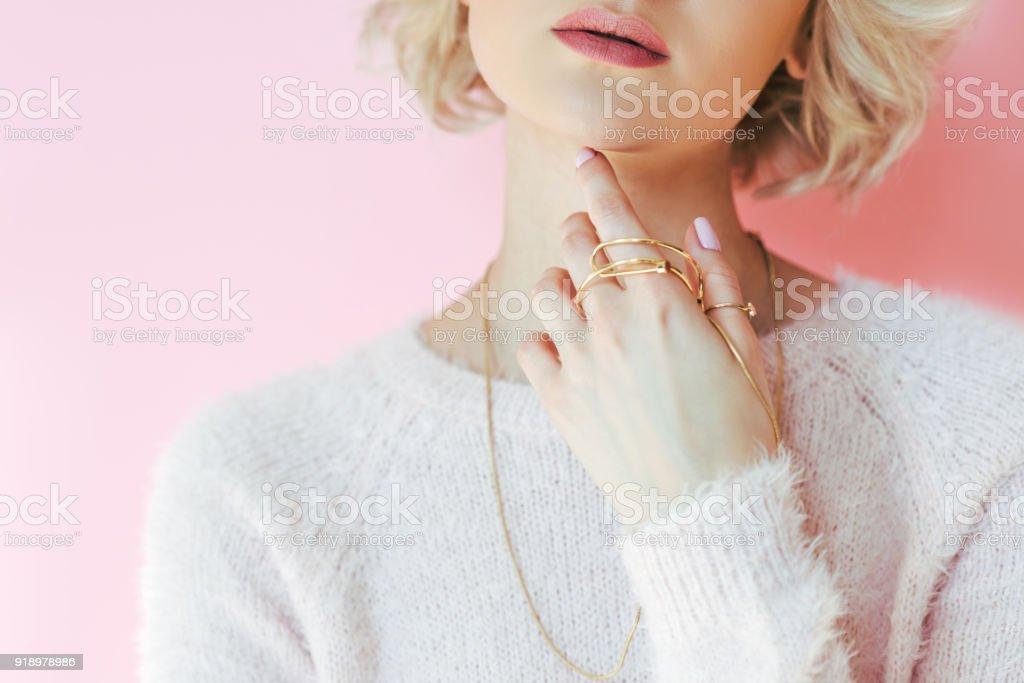 在粉紅色的手上手持珠寶的性感年輕女子裁剪拍攝 - 免版稅一個人圖庫照片