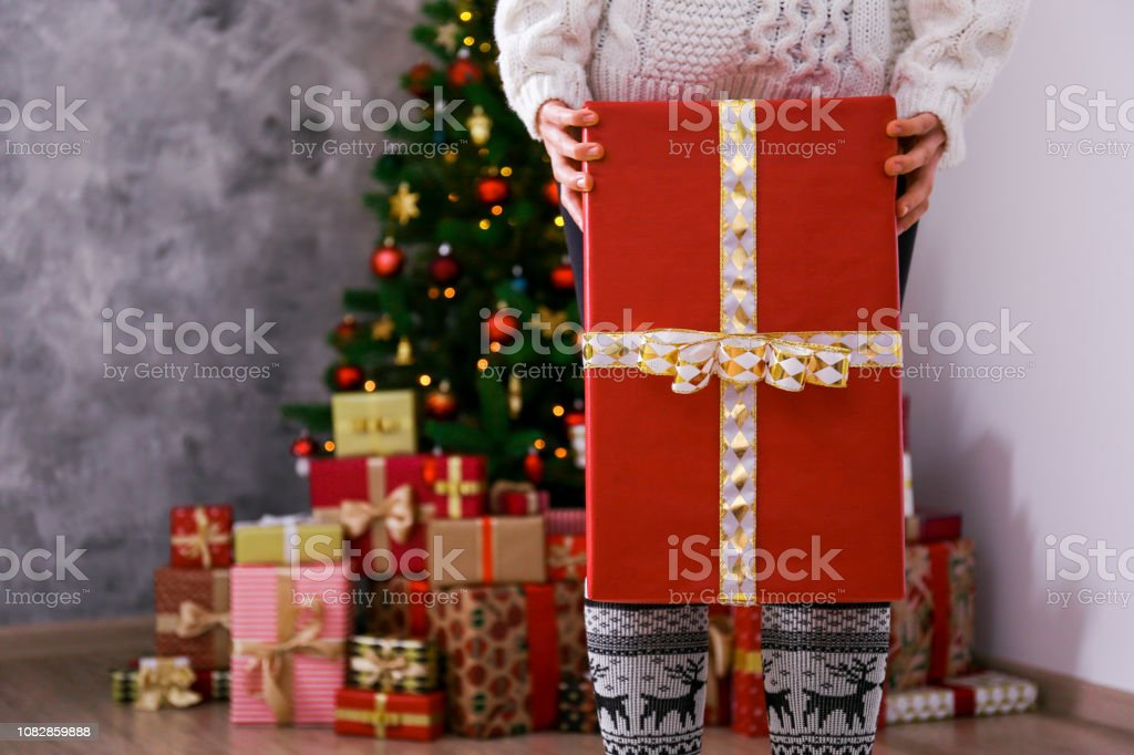 Cropped shot of woman preparing for christmas, wrapping hand made gift boxes. – zdjęcie