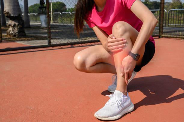 シン副木の痛みに苦しむ女性ランナーのクロップドショット。それはしばしばオーバートレーニングから下肢の前部または内側で起こります。 - 脛 ストックフォトと画像