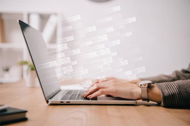 자른 사업가 작동 하 고 보내는 전자 메일 아이콘 노트북에 입력의 보기 - 전자메일 뉴스 사진 이미지