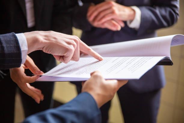Abgeschnittene Ansicht von Geschäftsfrauen beim Lesen von Dokumenten – Foto