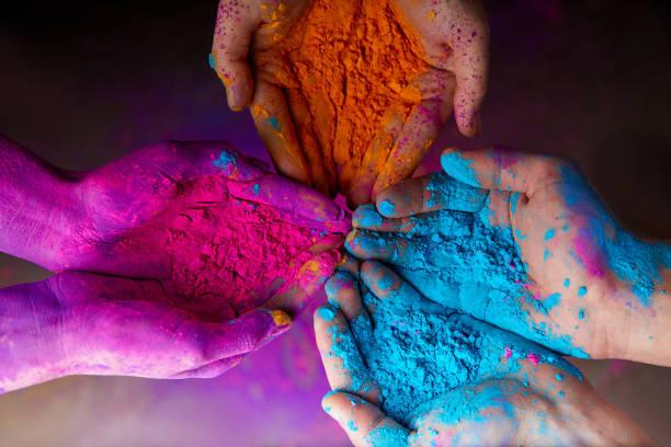 recadrée vue des mains avec de la poudre de holi Festival printemps hindou des couleurs - Photo