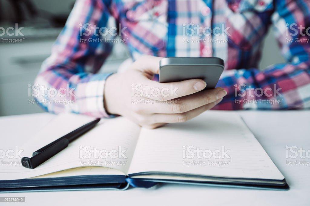 Ansicht der Person SMS auf Smartphone zugeschnitten - Lizenzfrei Arbeiten Stock-Foto