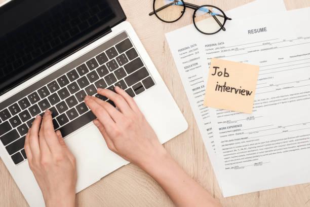 beskäras syn på rekryterare skriva på laptop tangent bord nära glasögon, återuppta mallar och fästis med anställnings intervju bokstäver - curriculum vitae bildbanksfoton och bilder