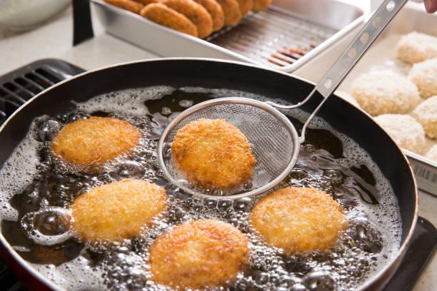 croquette cozinhando - frito - fotografias e filmes do acervo