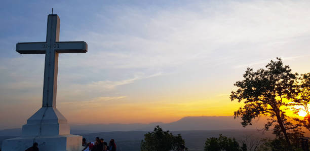 Kreuz auf dem Križevac-Hügel bei Sonnenaufgang, Medjugorje, Bosnien und Herzegowina – Foto