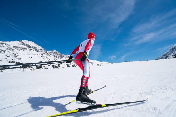 langlaufer schaatsen in race-outfit - sportkampioenschap stockfoto's en -beelden