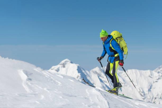 Cross Country Ski Mann allein in Richtung der Berge – Foto