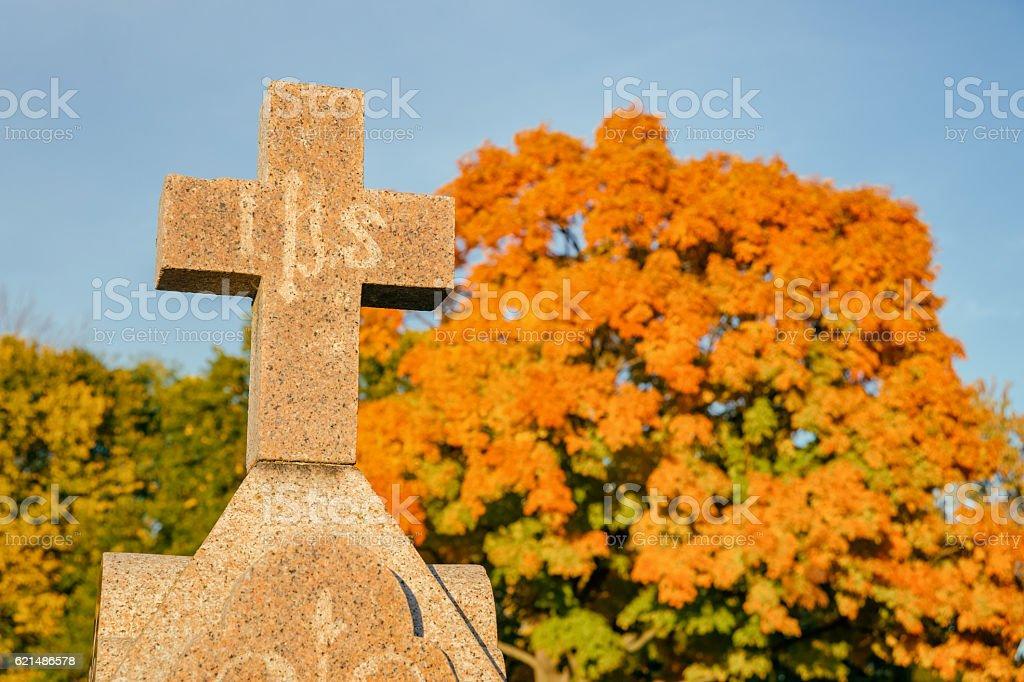 in un cimitero Croce  foto stock royalty-free