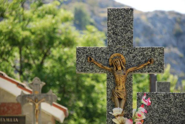 Cruz en cementerio - foto de stock