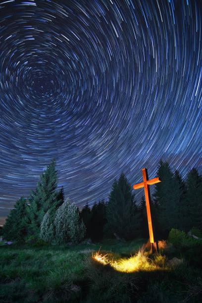 cross in night - ferragosto foto e immagini stock