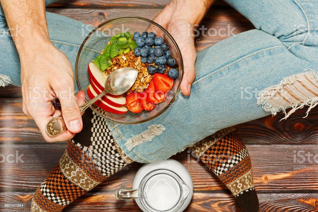 床で朝食を有する十字の脚の人 ストックフォト