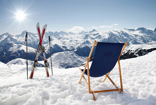 Cross ski and Empty sun-lounger at mountains in winter​​​ foto