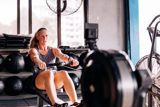 Cross-training und Rudern an der Maschine im Fitness-Studio – Foto