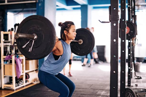 entrenamiento y levantamiento de pesas - agacharse fotografías e imágenes de stock