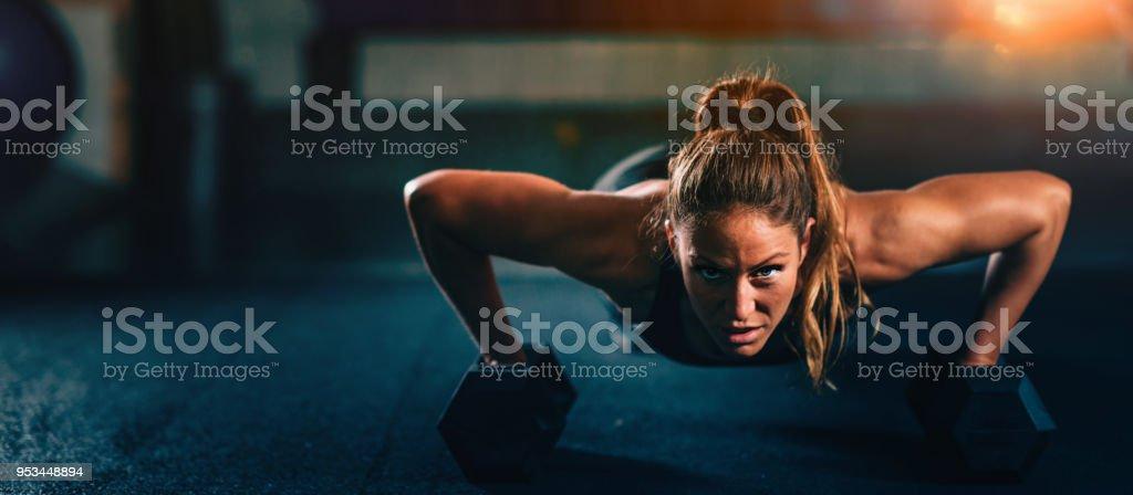 Atravesse a aptidão de treinamento. Mulher jovem exercitar - Foto de stock de Academia de ginástica royalty-free
