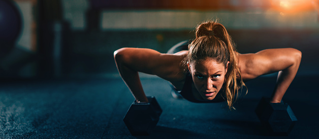 Foto de Atravesse A Aptidão De Treinamento Mulher Jovem Exercitar e mais fotos de stock de Academia de ginástica