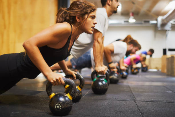 conceitos de ginástica, o exercício e o foco do treinamento de atravessar. - musculação com peso - fotografias e filmes do acervo