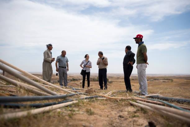 interkulturelle kommunikation und hilfe arbeiten im nordirak - kurdische sprache stock-fotos und bilder