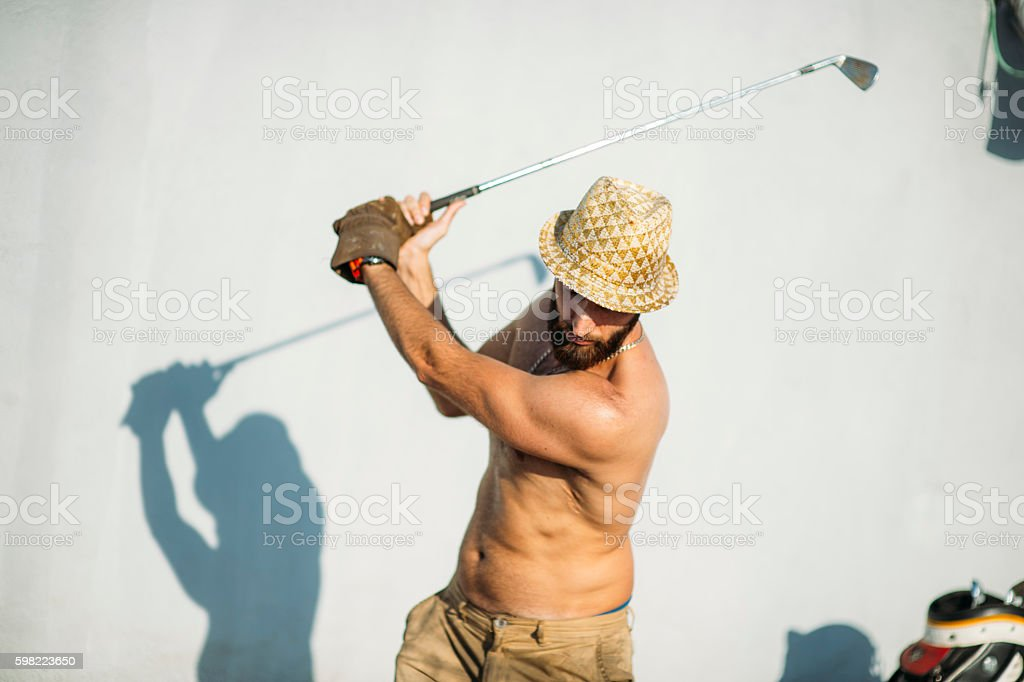 crossgolf man playing in the street foto royalty-free