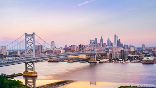 passage à niveau benjamin franklin bridge de camden, nj à philadelphie, pa - rivière delaware photos et images de collection