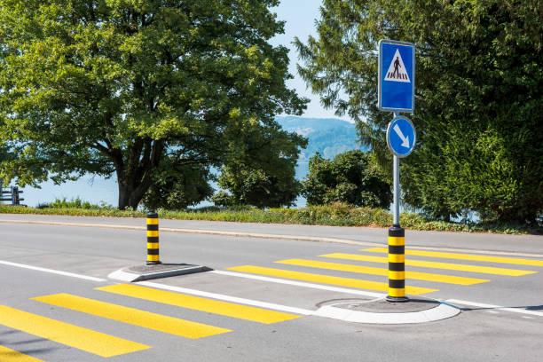 Cruce para peatones en la ciudad de Oberwil, Cantón de Zug, Suiza - foto de stock