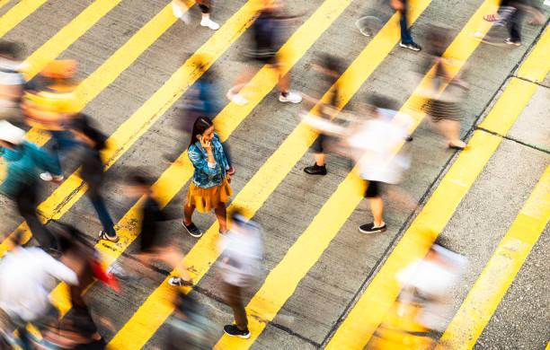 het oversteken van de weg met iedereen - langzaam stockfoto's en -beelden