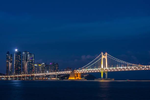 クロス海橋と近代都市の夜景 - 釜山 ストックフォトと画像