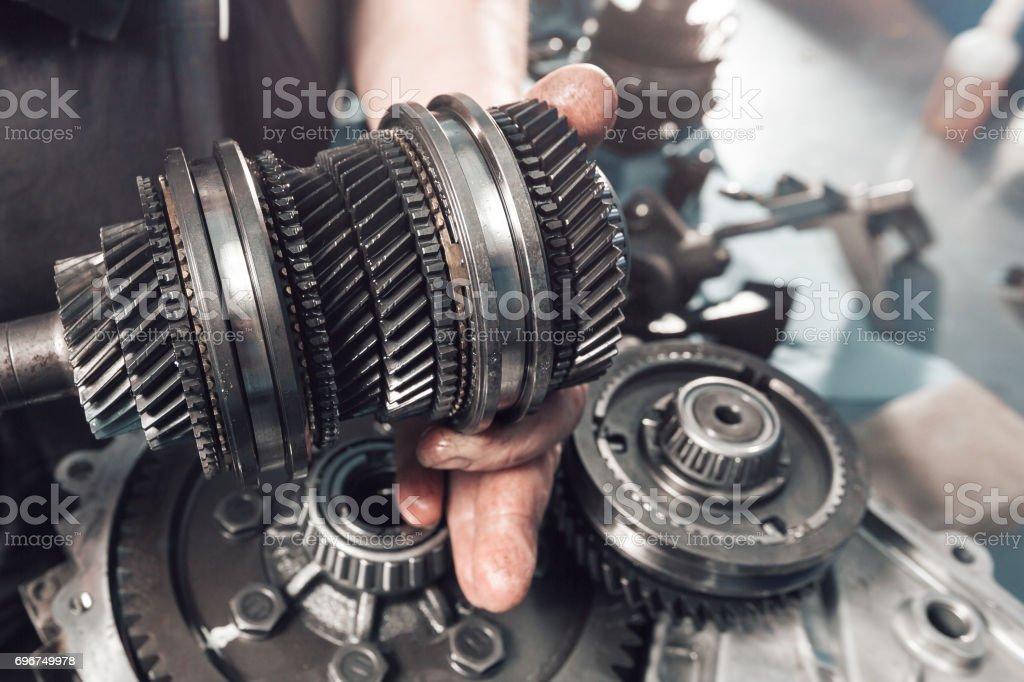 Querschnitt eines PKW-Getriebes. mechanische Arbeit in der garage – Foto