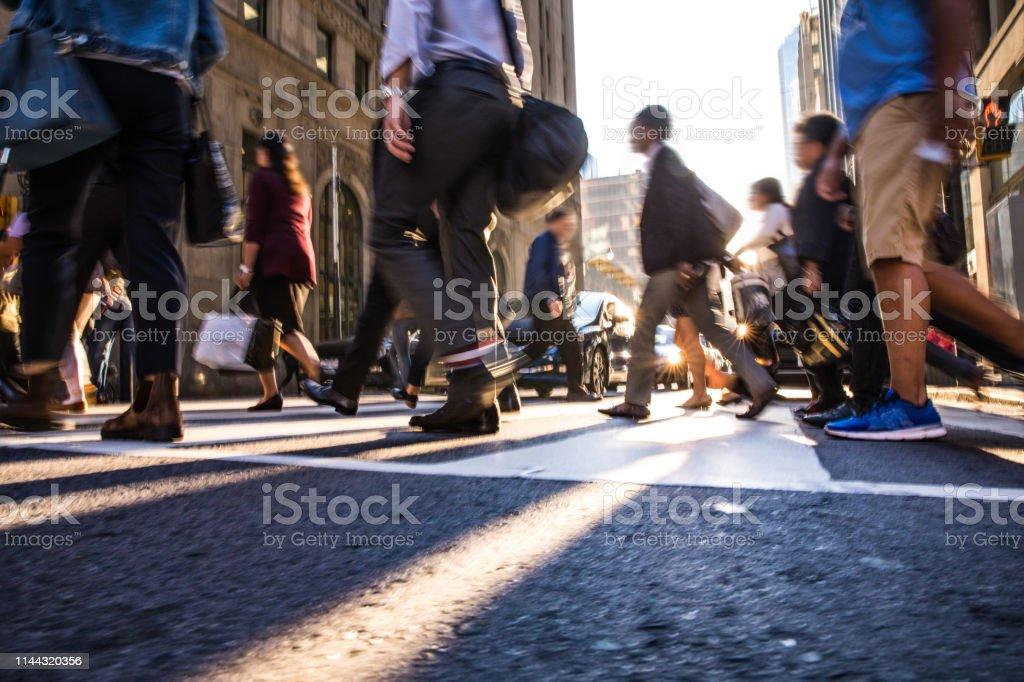 Kreuzung, Menschen, die in der Innenstadt - Lizenzfrei Abenddämmerung Stock-Foto