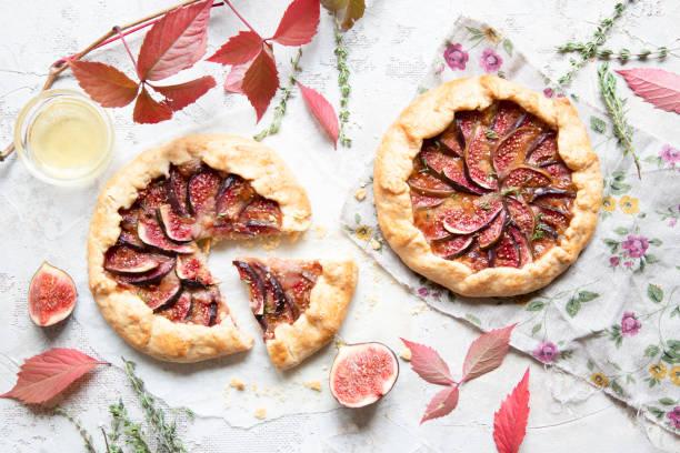 crostata (pie) mit käse, feigen, honig und thymian auf grauem hintergrund. - crostata stock-fotos und bilder