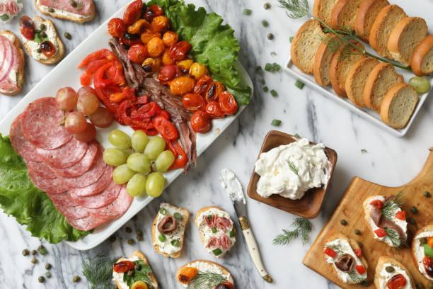 crostini appetithäppchen - käse wurst salat stock-fotos und bilder