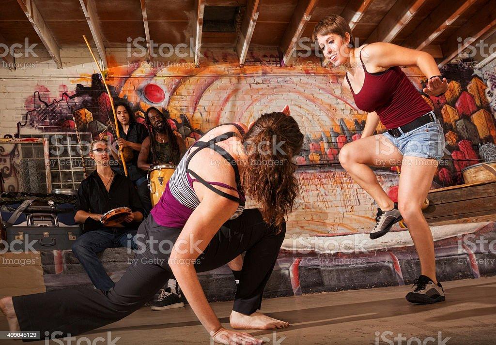 Crouching Capoeira Artista - foto de acervo