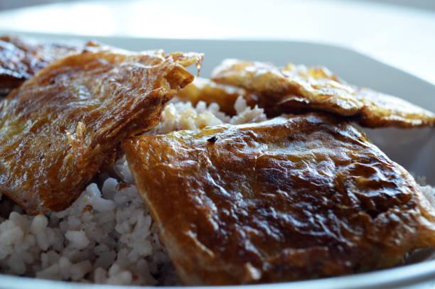 Croustillants de poulet fait maison accompagnés de riz rouge Croustillants de poulet fait maison accompagnés de riz rouge. riz stock pictures, royalty-free photos & images