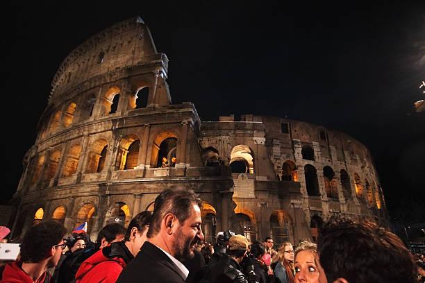 tłum na koloseum w statiosn z krzyż w rzymie - pope francis zdjęcia i obrazy z banku zdjęć