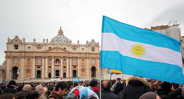 tłum przed angelus z papież franciszek i - pope francis zdjęcia i obrazy z banku zdjęć