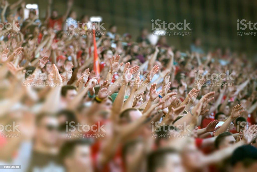 Multidão aplaudindo no pódio do estádio - foto de acervo
