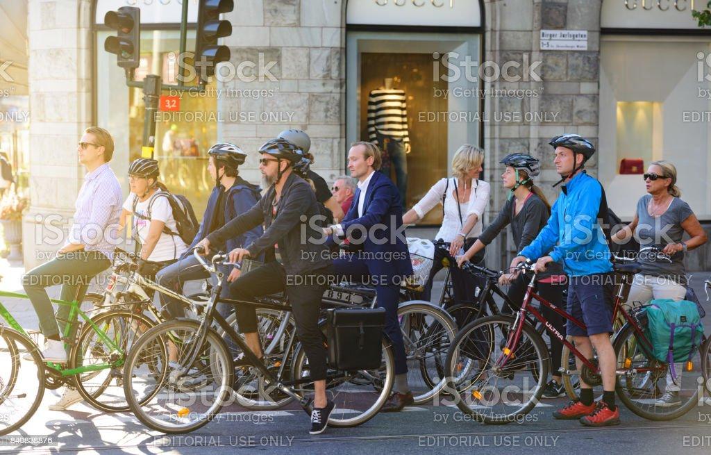 Menge Pendler auf Fahrrädern, Verkehr im Hintergrund – Foto