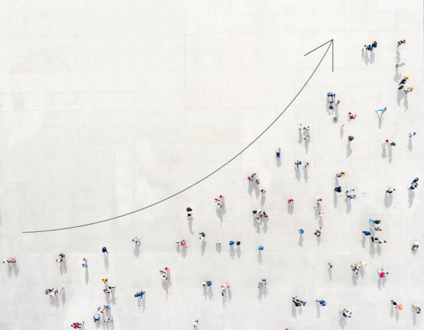 Crowd von oben, die ein Wachstumsdiagramm bildet – Foto