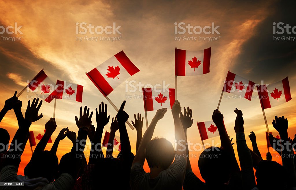 Multidão de segurando Bandeira Canadense - foto de acervo