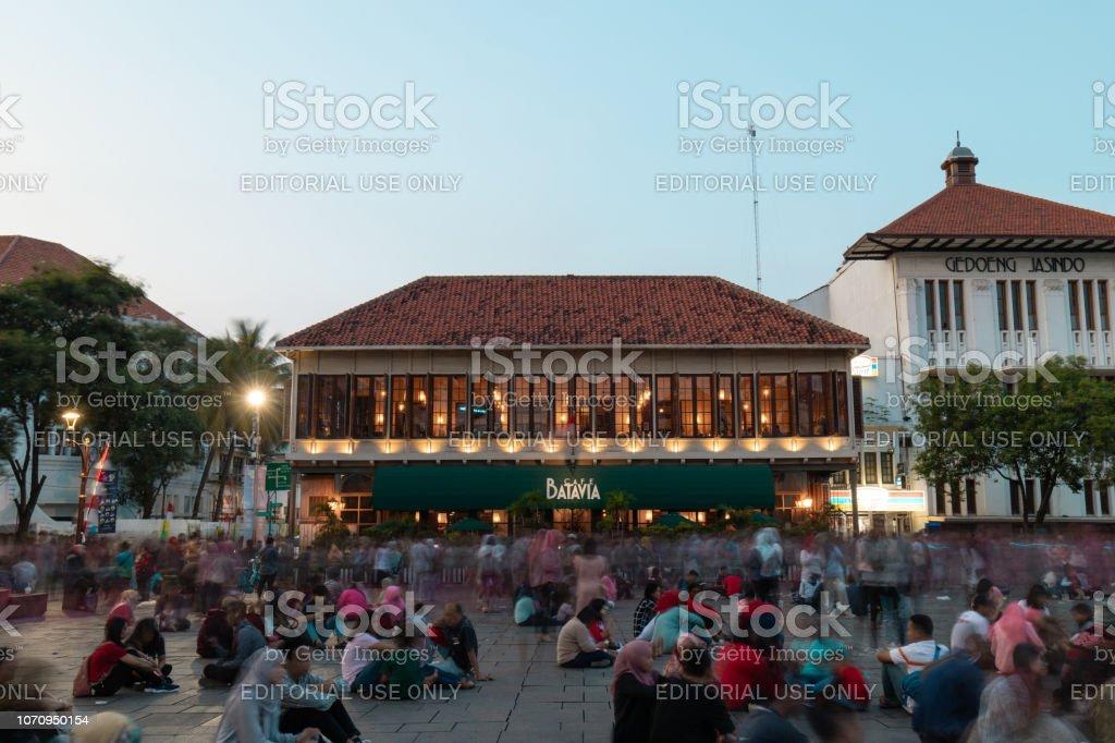 Foule devant Cafe Batavia au crépuscule - Photo