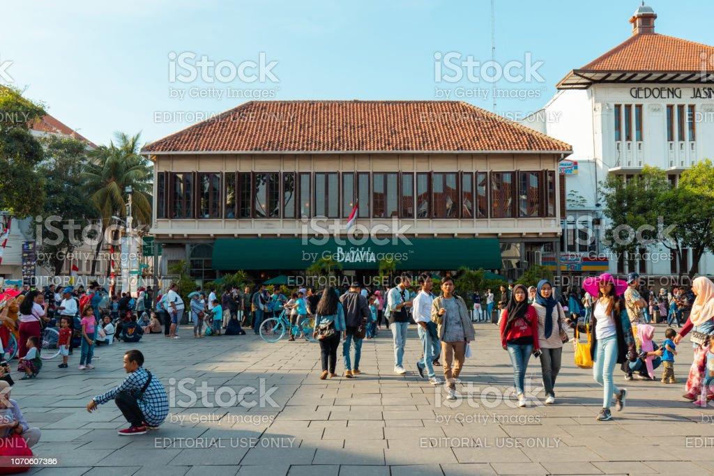 Foule devant Cafe Batavia - Photo