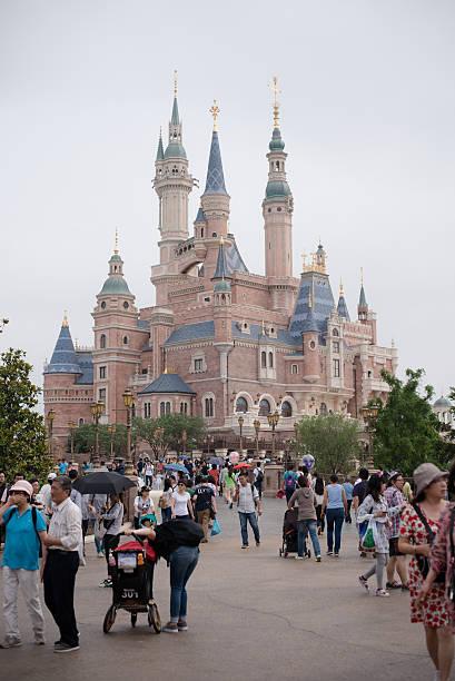 Menschenmenge in der Nähe des Burg in Disneyland Shanghai – Foto
