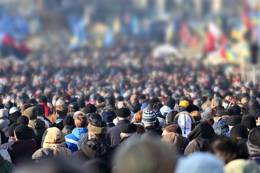Anonymous Crowd Of People On Street En El Centro De La Ciudad Foto de stock y más banco de imágenes de 2015